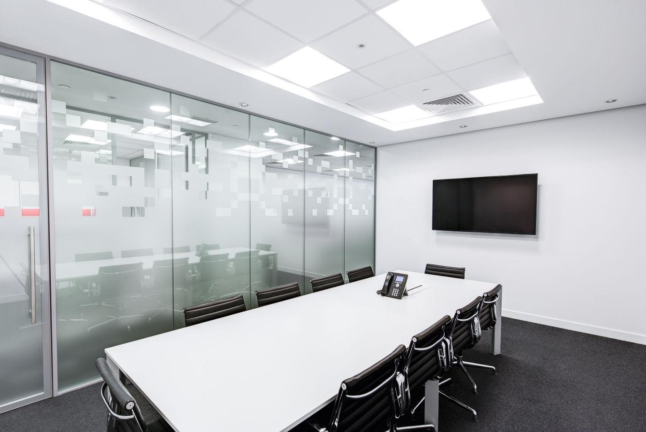 会議室を結ぶオンラインミーティングのイメージ